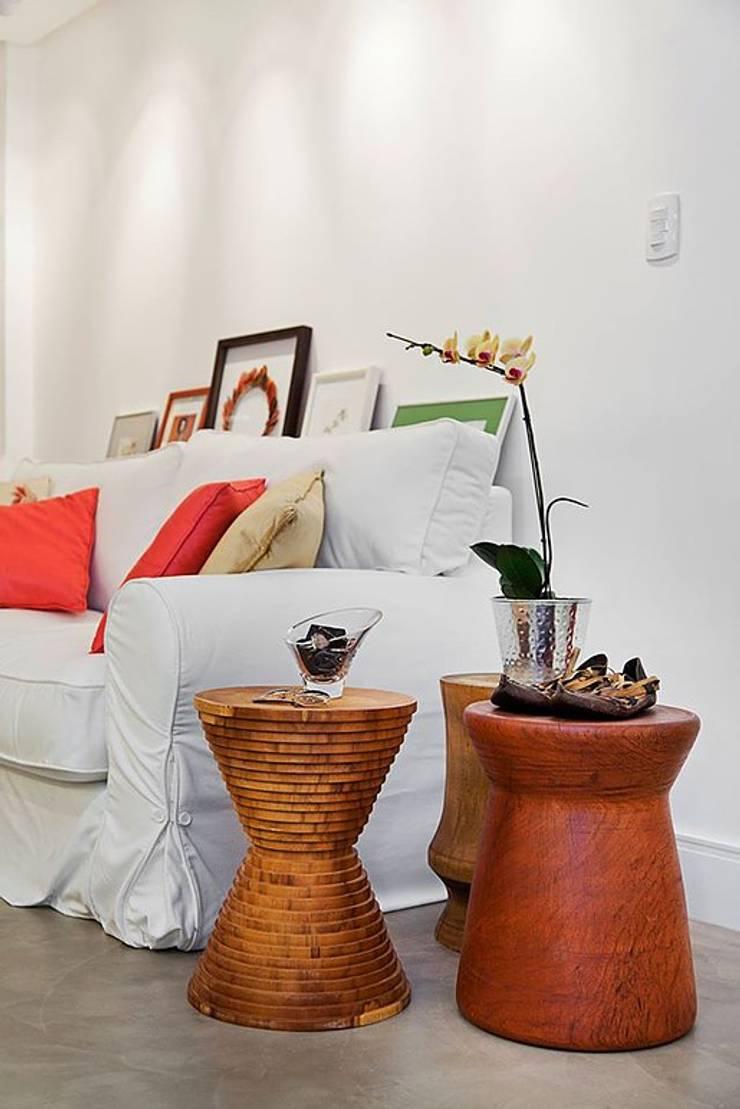 Apartamento Celebrity : Salas de estar  por carolina lisot arquitetura