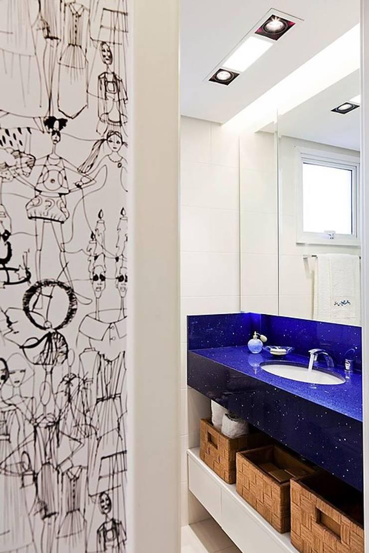 Apartamento Celebrity : Banheiros  por carolina lisot arquitetura