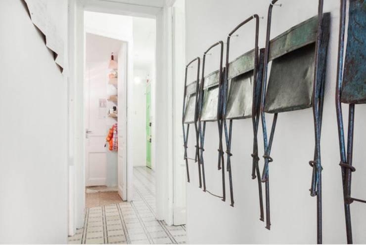 Piso en Barcelona: Pasillos y vestíbulos de estilo  de ab design