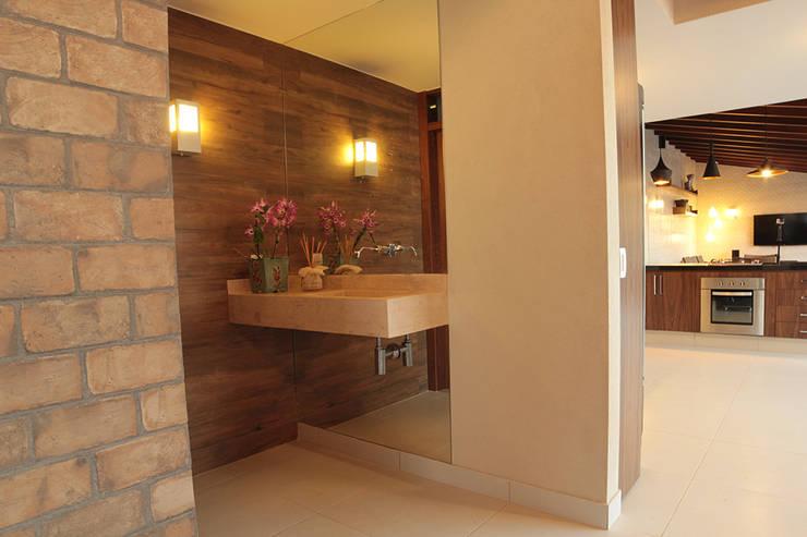 Área de lazer: Banheiros  por StudioM4 Arquitetura,