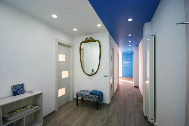Casa vacanze/ingresso: Ingresso & Corridoio in stile  di archielle