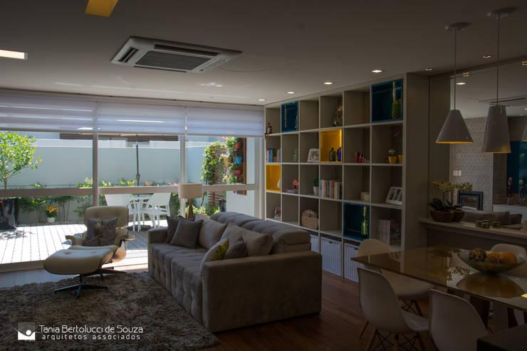 Residência Cond. Clarity Light Living: Salas de estar  por Tania Bertolucci  de Souza     Arquitetos Associados,Moderno