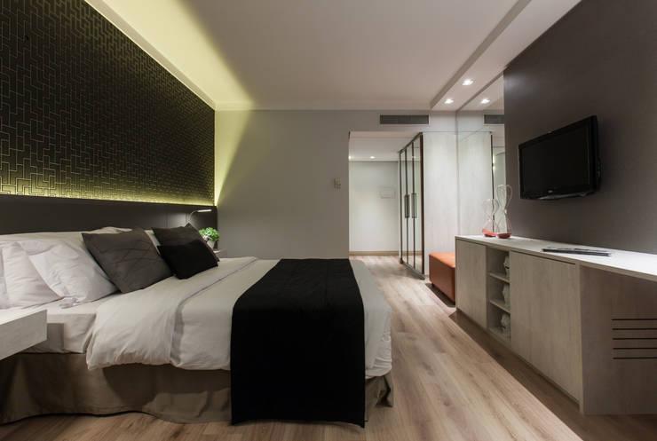 HOTEL INTERCITY BERRINI: Salas de estar  por Fernanda Gianotto Arquitetura e Interiores