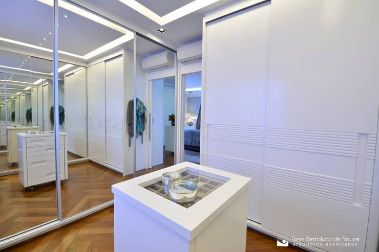 Vestidores y placares de estilo moderno por Tania Bertolucci  de Souza  |  Arquitetos Associados