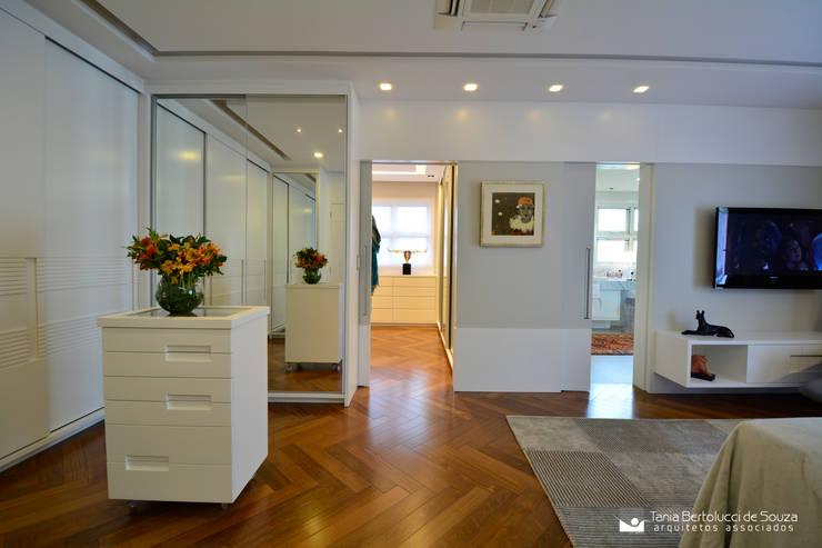 Suíte Master: Quartos  por Tania Bertolucci  de Souza  |  Arquitetos Associados