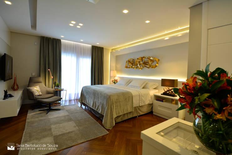 moderne Slaapkamer door Tania Bertolucci  de Souza  |  Arquitetos Associados