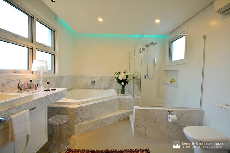 Baños de estilo moderno por Tania Bertolucci  de Souza  |  Arquitetos Associados