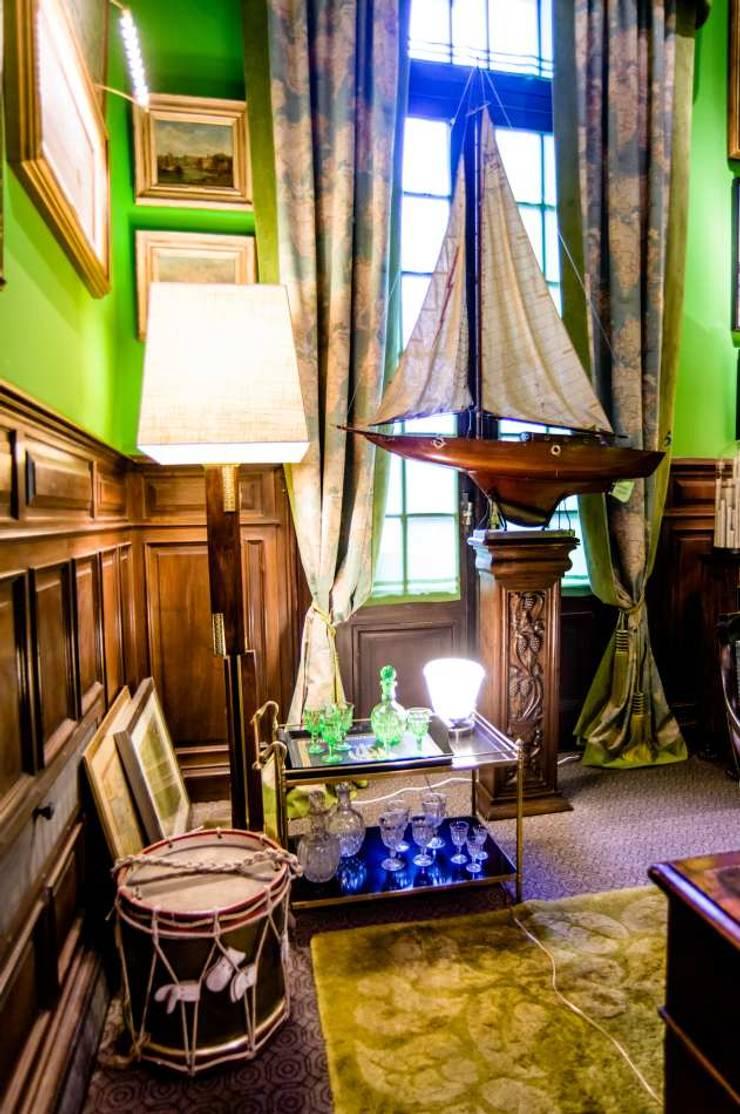 Escritorio Victoriano: Museos de estilo  por Agnes Deco . Antiques & Oddities,