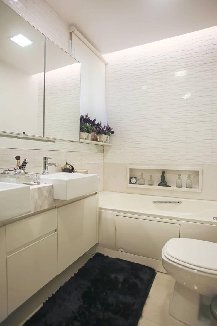 Banho master: Banheiros  por Orizam Arquitetura + Design