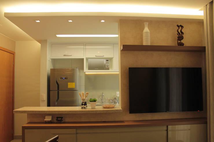Projeto de interiores de apartamento: Sala de estar  por StudioM4 Arquitetura,