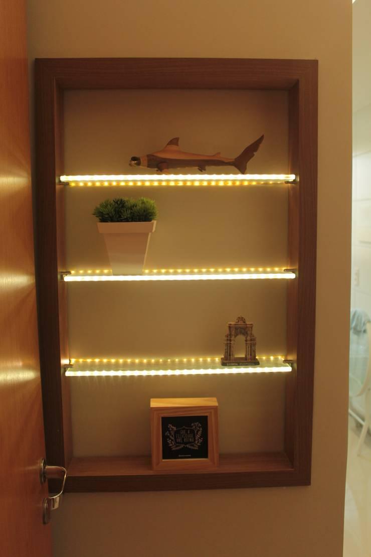 Projeto de interiores de apartamento: Corredor, vestíbulo e escadas  por StudioM4 Arquitetura,