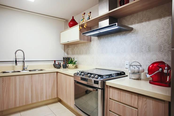 APARTAMENTO PARK HOUSE FLAMBOYANT: Cozinhas ecléticas por Orizam Arquitetura + Design