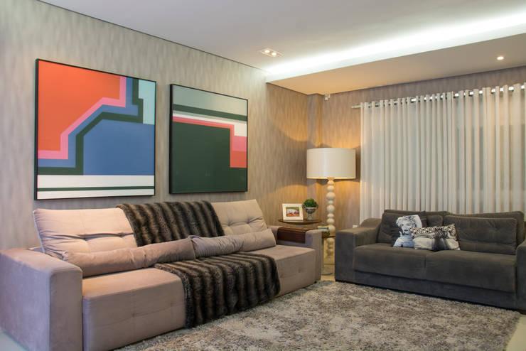 Residencial da Colina: Salas de estar  por Carla Almeida Arquitetura