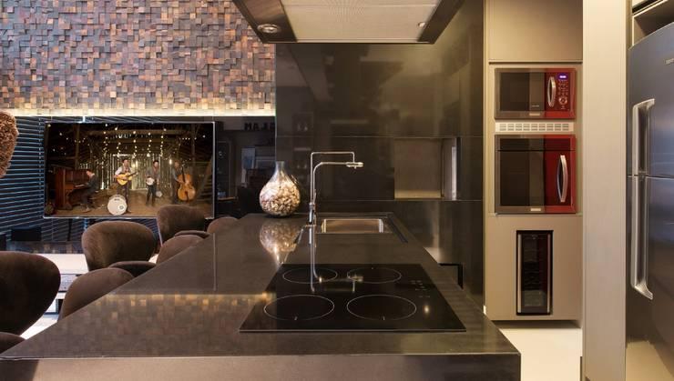 Atemporal e Atual: Cozinhas  por Deborah Nicolau Arquitetura e Interiores