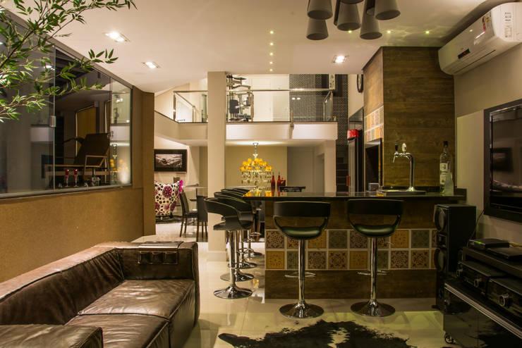 Cobertura Morom: Salas de estar  por Carla Almeida Arquitetura