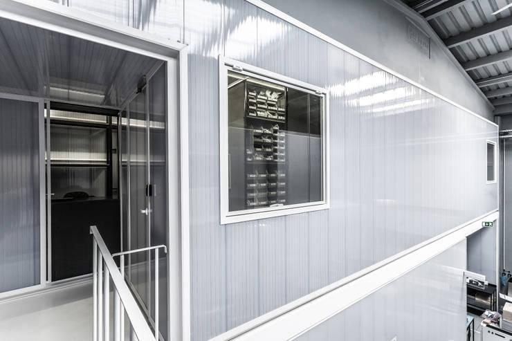 Parts Room – Controlar: Escritórios  por paulosantacruz.arquitetos