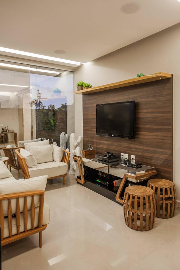 Living room by Heloisa Titan Arquitetura