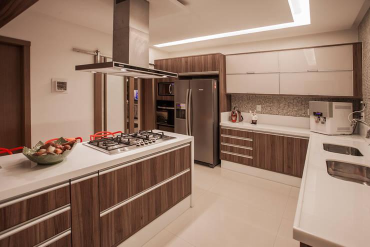 Cocinas de estilo moderno por Heloisa Titan Arquitetura