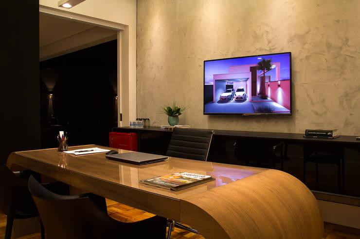 Henrique Lima Arquitectura: Escritórios  por Henrique Lima Arquitetura e Interiores