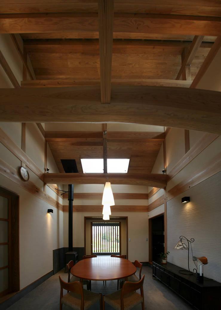前原の家: AMI ENVIRONMENT DESIGN/アミ環境デザインが手掛けた廊下 & 玄関です。