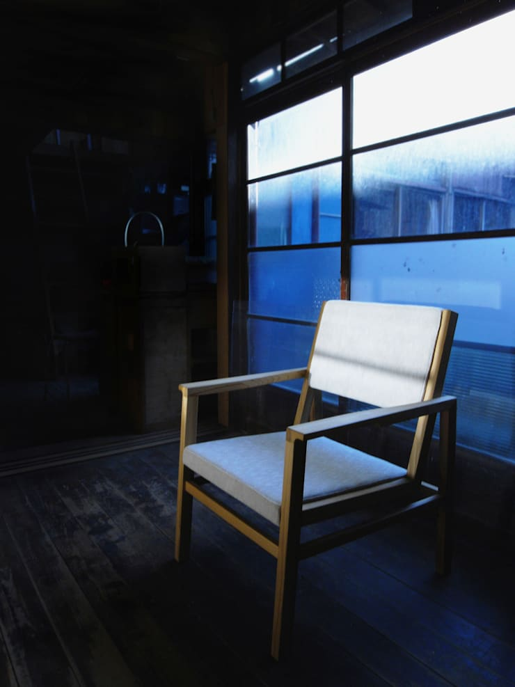 FUKERI CHAIR: ROIRO (ANGRAPH Co.,Ltd.)が手掛けたリビングルームです。