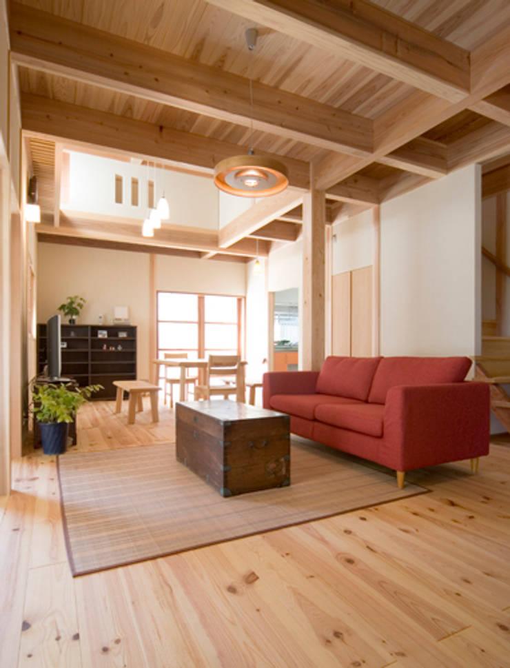 ながさ木の家: AMI ENVIRONMENT DESIGN/アミ環境デザインが手掛けたリビングです。