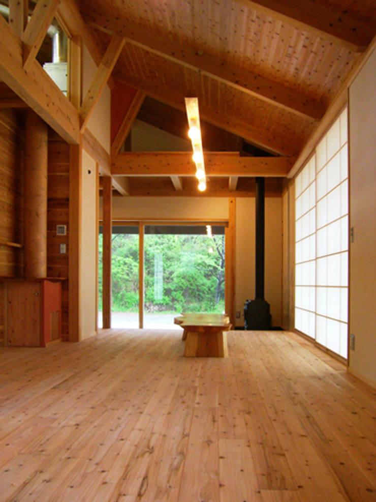 トトロの森に佇む家: AMI ENVIRONMENT DESIGN/アミ環境デザインが手掛けたリビングです。,