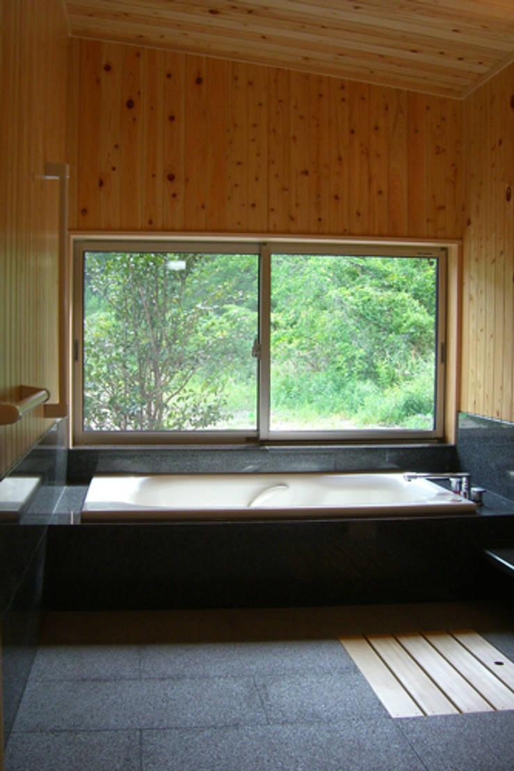 トトロの森に佇む家: AMI ENVIRONMENT DESIGN/アミ環境デザインが手掛けた浴室です。,