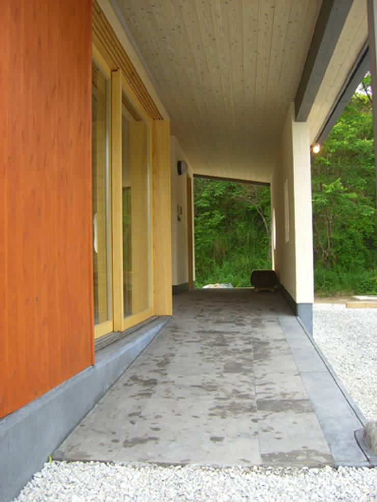 トトロの森に佇む家: AMI ENVIRONMENT DESIGN/アミ環境デザインが手掛けた家です。,