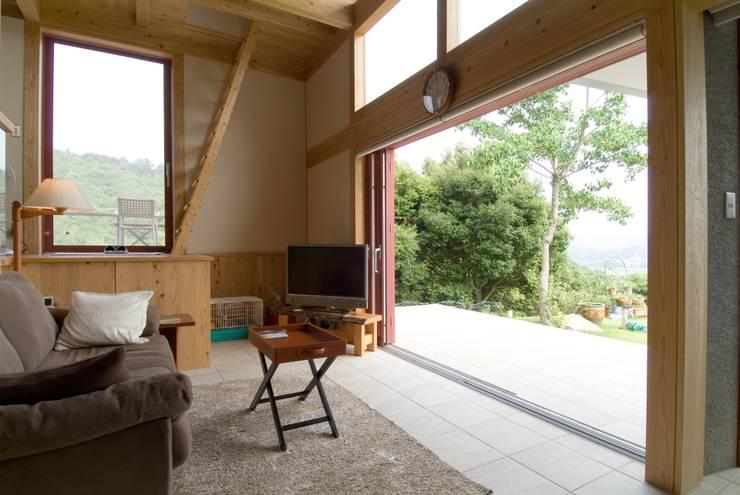 Living room by AMI ENVIRONMENT DESIGN/アミ環境デザイン