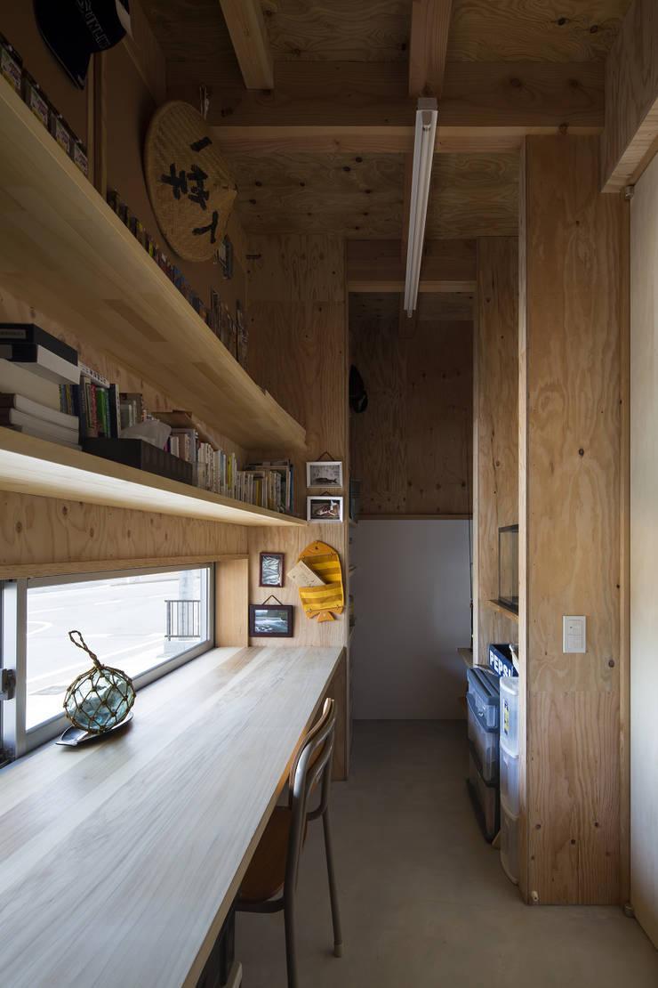 伊勢のスキップハウス  HOUSE IN ISE: プラスアトリエ一級建築士事務所が手掛けた書斎です。