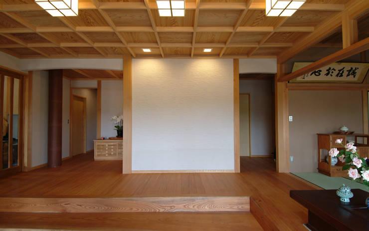 柳川の家: AMI ENVIRONMENT DESIGN/アミ環境デザインが手掛けた廊下 & 玄関です。,