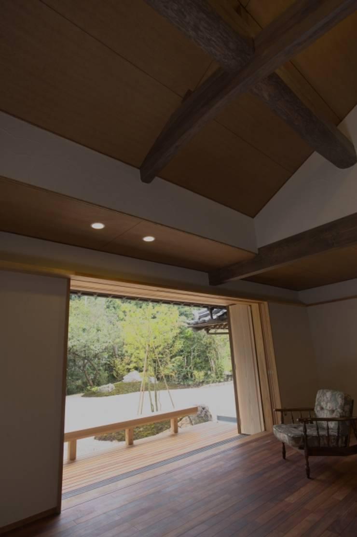 豊浦町の家: AMI ENVIRONMENT DESIGN/アミ環境デザインが手掛けたリビングです。