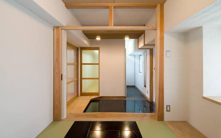 Pasillos y vestíbulos de estilo  por AMI ENVIRONMENT DESIGN/アミ環境デザイン