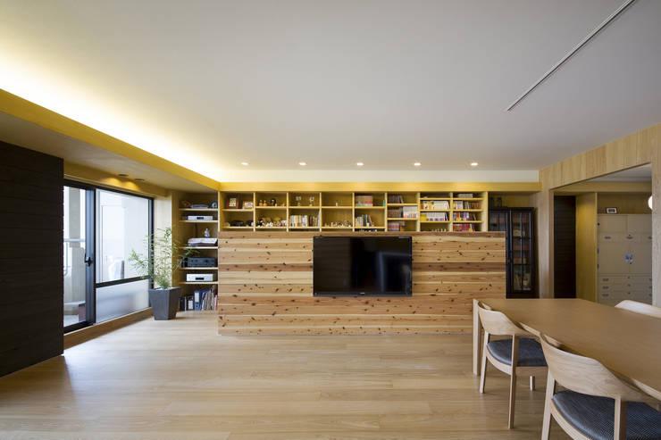 都島のマンションリフォーム: プラスアトリエ一級建築士事務所が手掛けたリビングです。,