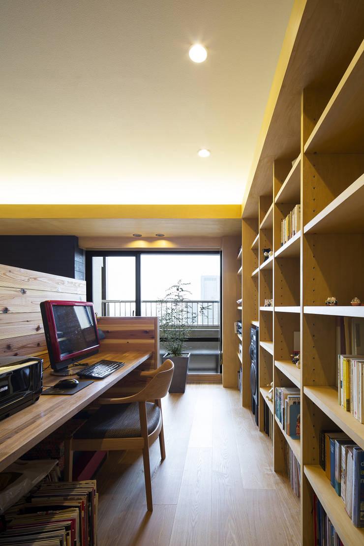 都島のマンションリフォーム: プラスアトリエ一級建築士事務所が手掛けた書斎です。,