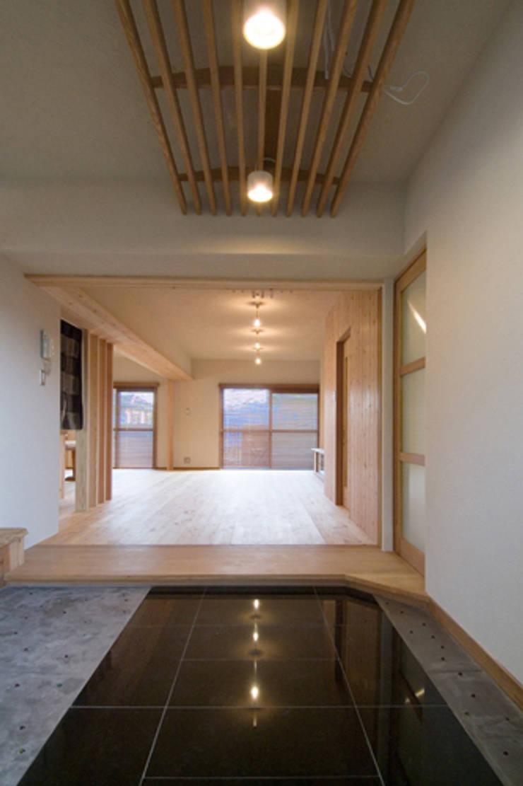 久留米の家: AMI ENVIRONMENT DESIGN/アミ環境デザインが手掛けた廊下 & 玄関です。