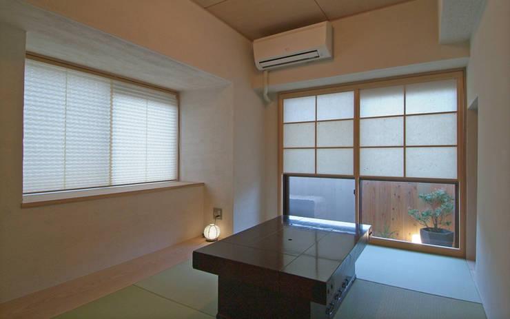 久留米の家: AMI ENVIRONMENT DESIGN/アミ環境デザインが手掛けたリビングです。