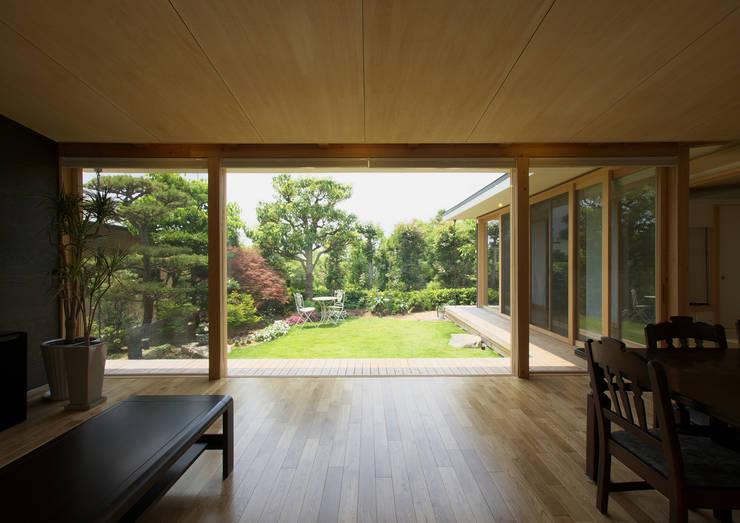 茶山の家  HOUSE IN CHAYAMA: プラスアトリエ一級建築士事務所が手掛けたリビングです。