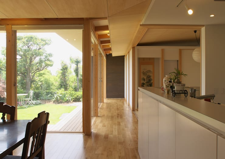 茶山の家  HOUSE IN CHAYAMA: プラスアトリエ一級建築士事務所が手掛けた廊下 & 玄関です。