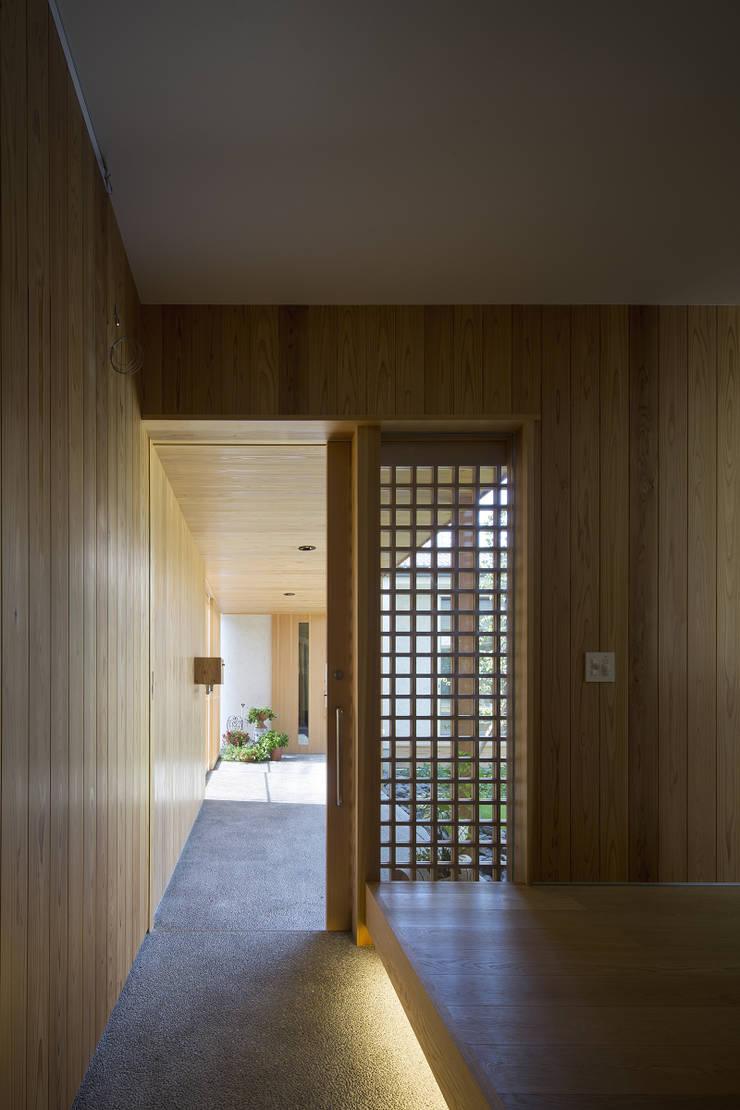 仲庭の家: プラスアトリエ一級建築士事務所が手掛けた廊下 & 玄関です。,