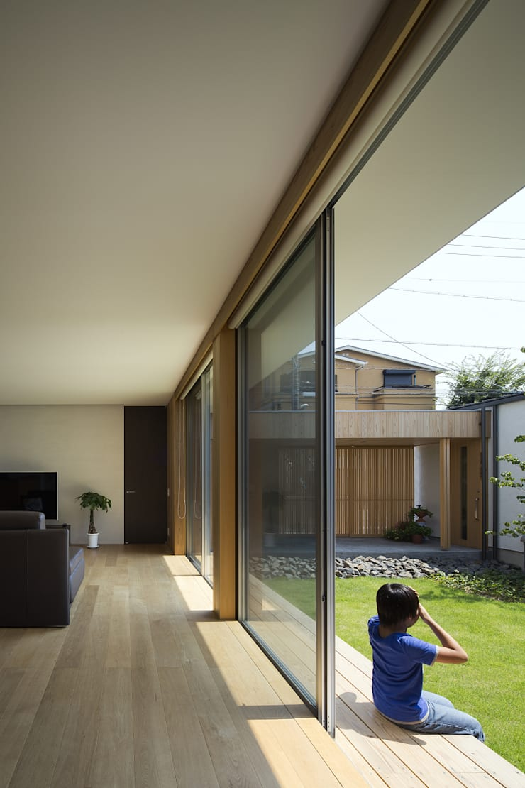 仲庭の家: プラスアトリエ一級建築士事務所が手掛けたリビングです。,