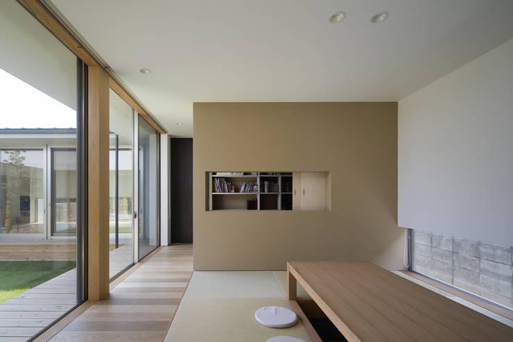 仲庭の家: プラスアトリエ一級建築士事務所が手掛けた和室です。,