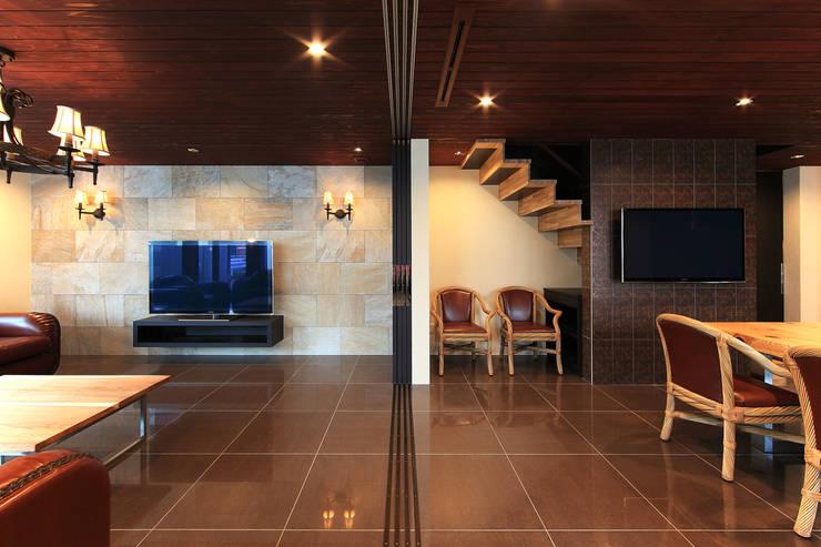 リビング、ダイニング: 猪股浩介建築設計 Kosuke InomataARHITECTUREが手掛けたリビングです。