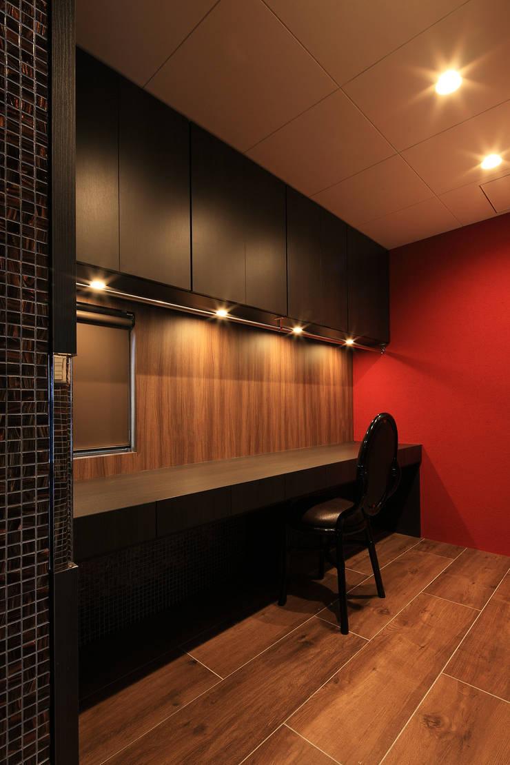 家事室: 猪股浩介建築設計 Kosuke InomataARHITECTUREが手掛けた書斎です。