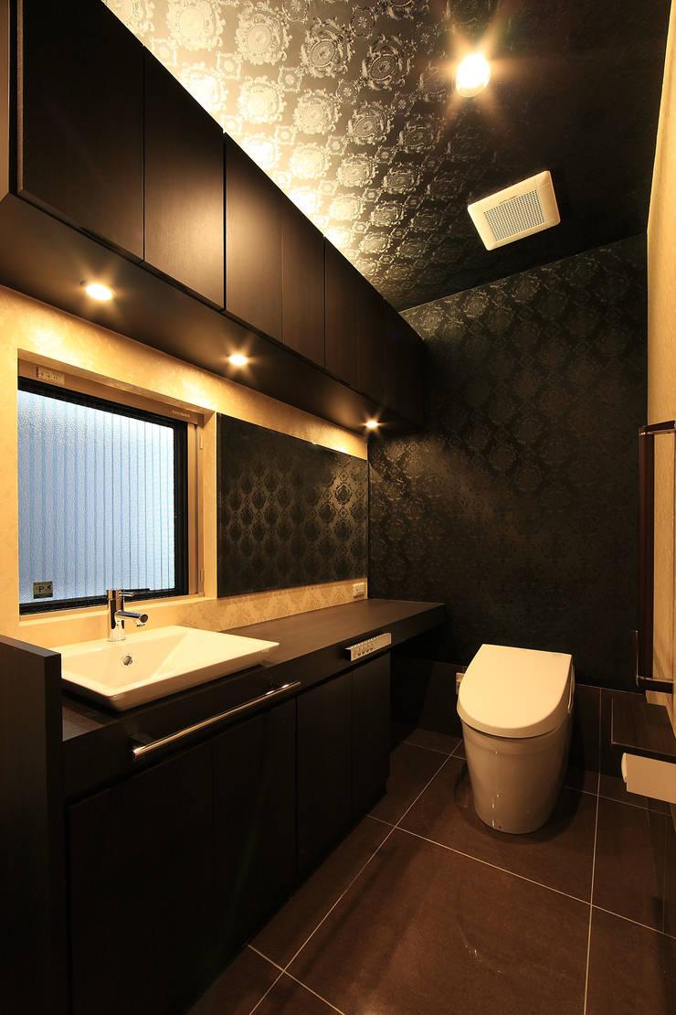 トイレ: 猪股浩介建築設計 Kosuke InomataARHITECTUREが手掛けた浴室です。