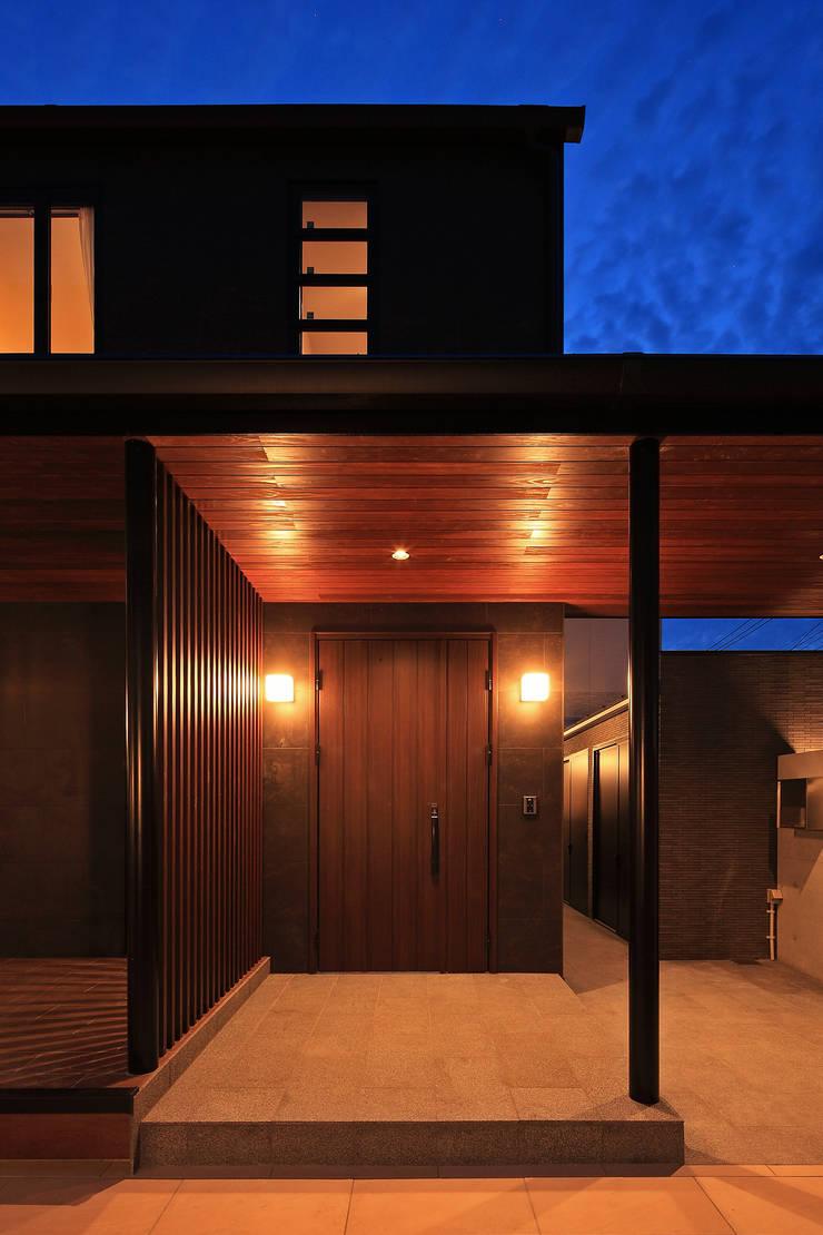 玄関外観: 猪股浩介建築設計 Kosuke InomataARHITECTUREが手掛けた家です。