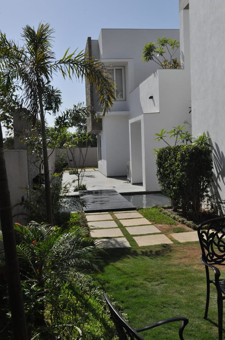 Mr. Ashwin's house:  Terrace by Vipul Patel Architects