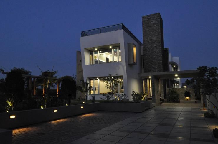 Mr. Ashwin's house: modern Houses by Vipul Patel Architects
