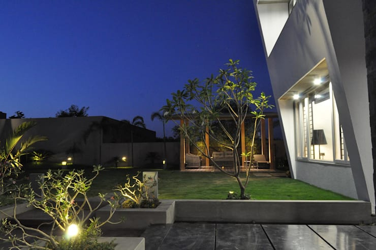 Mr. Ashwin's house:  Terrace by Vipul Patel Architects